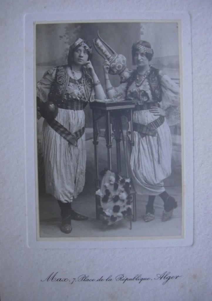Jeanne est à droite sur la photo.